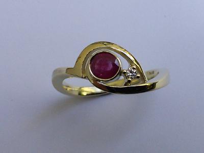 Gelbgold Ring mit Gefasstem Rubin und Brillant