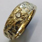 Gelbgold Ring mit Gussstrucktur Oberfläche minimal bearbeitet