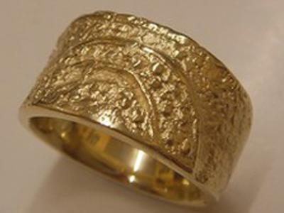 Gelbgold Ring mit in die Oberfläche eingearbeiteten Keltischen Runen