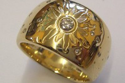 Gelbgoldring mit Handgraviertem Sonnensymbol und gefassten Brillanten