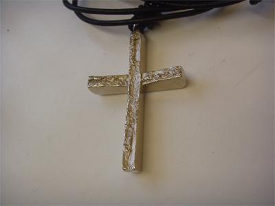 Kreuz gegossen in Weißgold