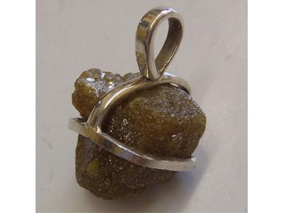 Rohdiamant-Anhänger gefasst in Silber