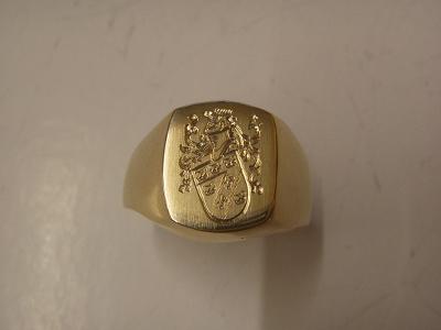 Siegelring in Gelbgold mit handgraviertem Wappen