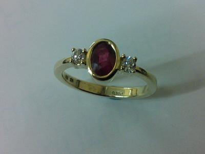 Solitair Ring in Gelbgold mit gefassten Brillanten und Rubin