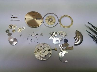 mechanische-Herrenarmbanduhr-demontiert